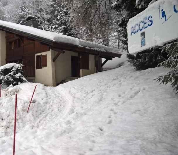Location de vacances - Chalet à Saint-Nicolas de Véroce - Le chalet Le Faucon en hiver à 50m du départ du télésiège