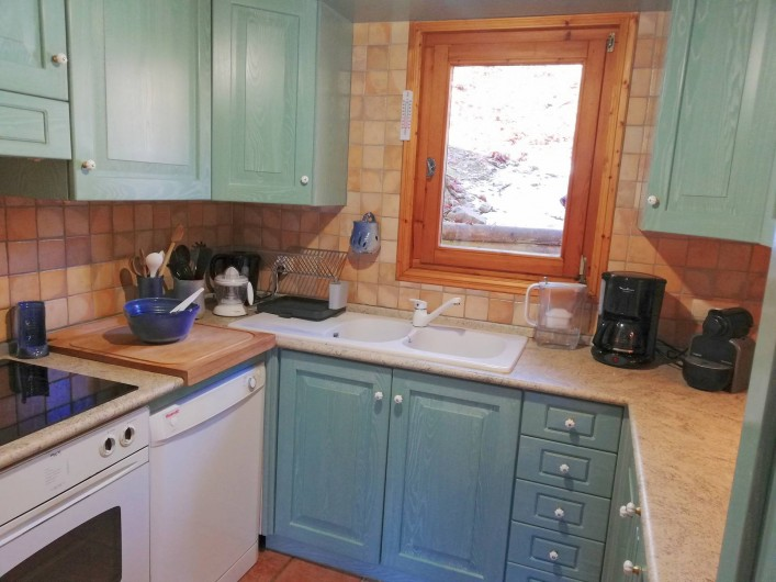 Location de vacances - Chalet à Saint-Nicolas de Véroce - La cuisine (lave-vaisselle, four plaque de cuisson)