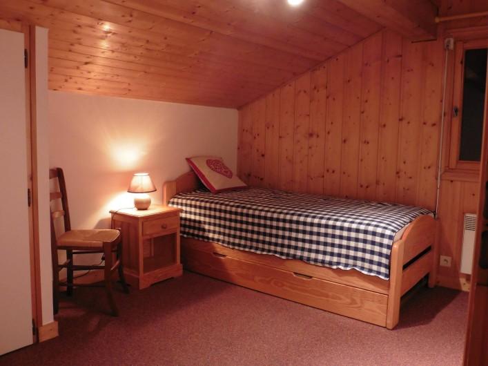 Location de vacances - Chalet à Saint-Nicolas de Véroce - La chambre avec 2 lits gigognes