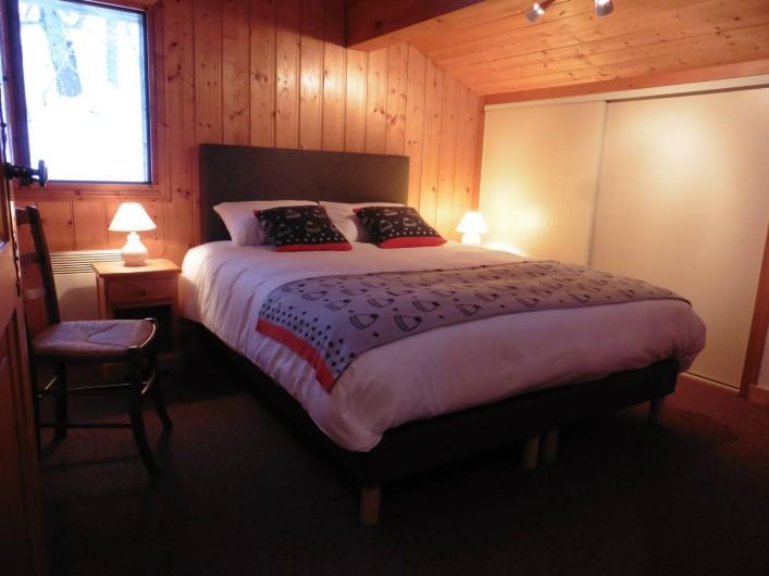 Location de vacances - Chalet à Saint-Nicolas de Véroce - La chambre avec grand lit du premier étage