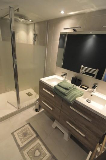 Location de vacances - Appartement à Charvonnex - salle de bain douche à l'italienne, double vasque