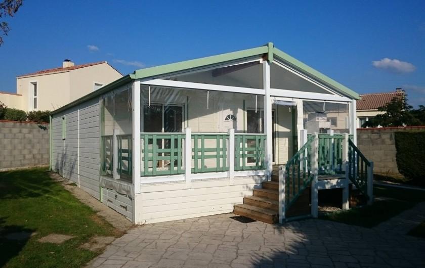 """Location de vacances - Camping à Brem-sur-Mer - Chalet """"Prestige XL"""" terrasse fermée"""