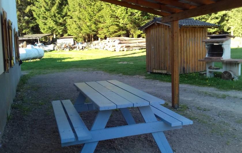 Location de vacances - Appartement à Corcieux - table avec barbecue