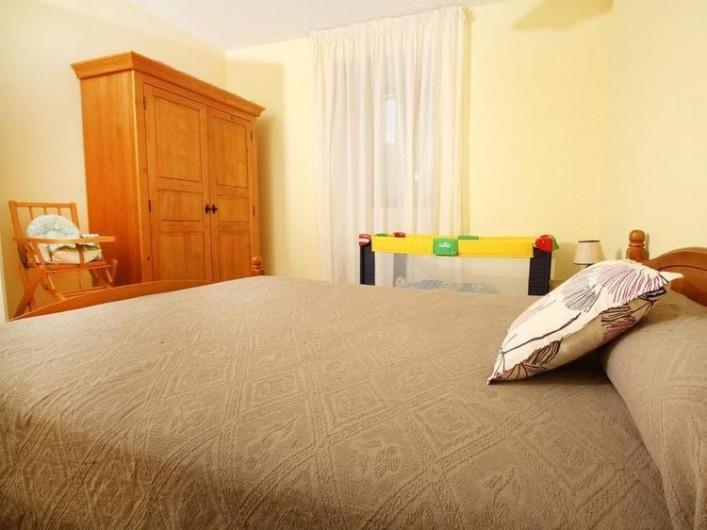 Location de vacances - Gîte à Saint-Étienne-de-Serre - Grande chambre avec lit pour bébé