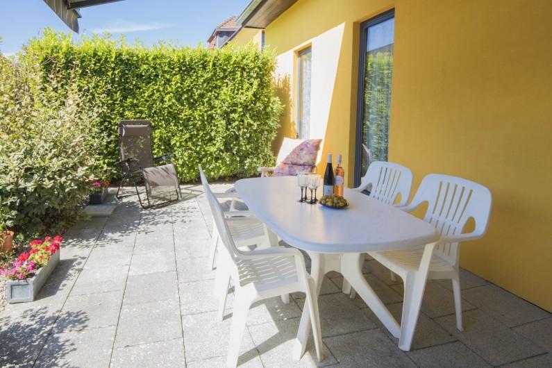 Location de vacances - Maison - Villa à Rosheim - Terrasse équipée - grande table jusqu'à 6 personnes - transat + chaise longue