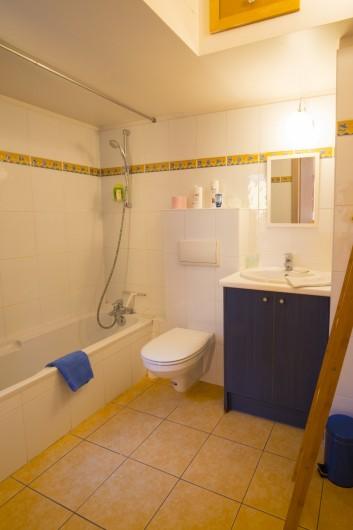 Location de vacances - Maison - Villa à Rosheim - Salle de bains avec baignoire - toilettes - rangements
