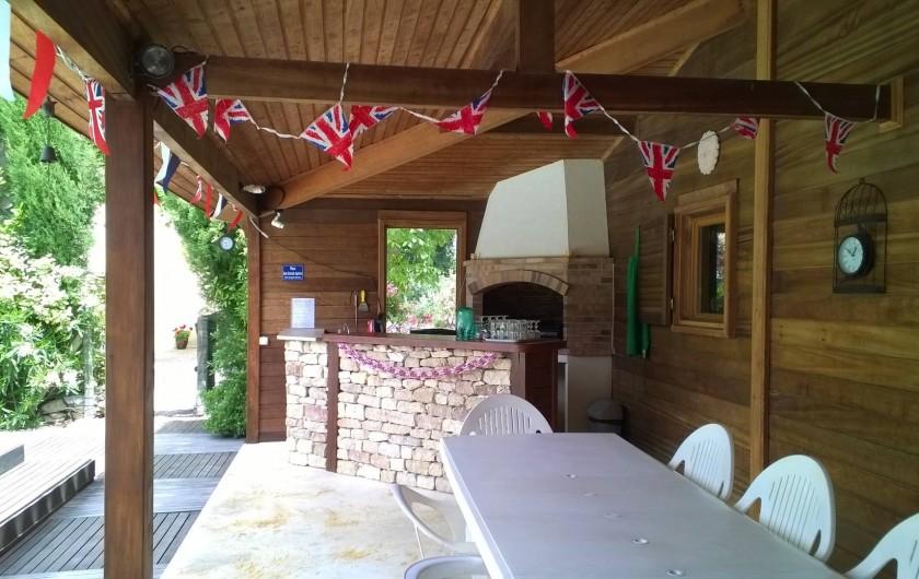 Location de vacances - Gîte à Caumont-sur-Durance - Barbecue/salle à manger au bord de la piscine