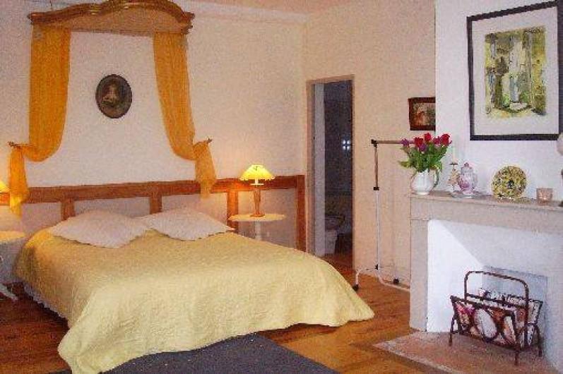 Location de vacances - Maison - Villa à Mirannes - Chambre Jaune, lit 160x2m, armoire. Salle de bain privée avec baignoire