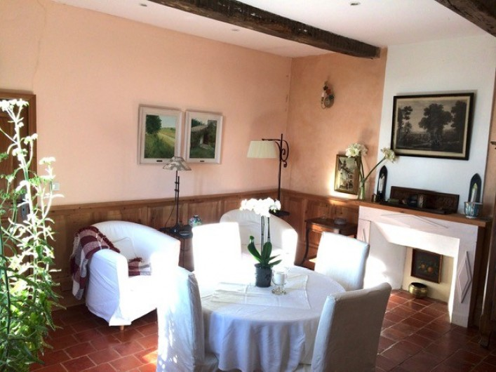 Location de vacances - Maison - Villa à Mirannes - Séjour, TV, 2 fauteuils et 6 chaises