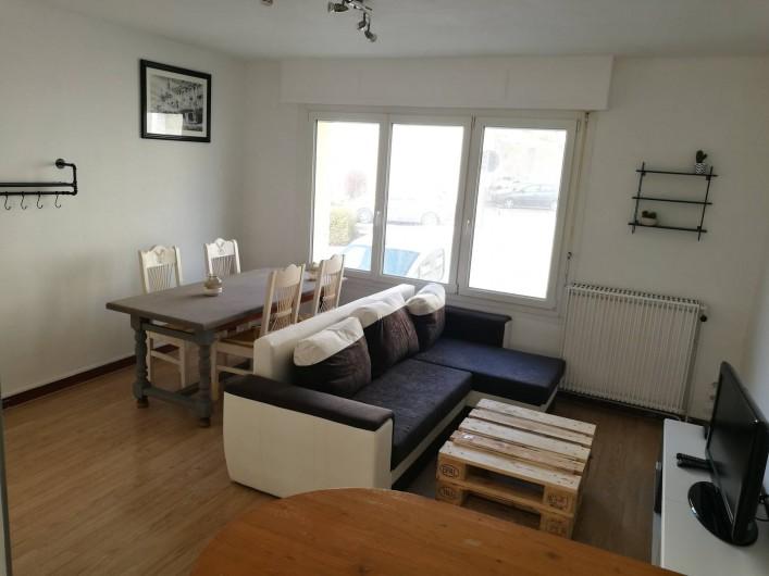 Location de vacances - Appartement à Boulogne-sur-Mer - Le salon et la salle a manger, avec canapé convertible