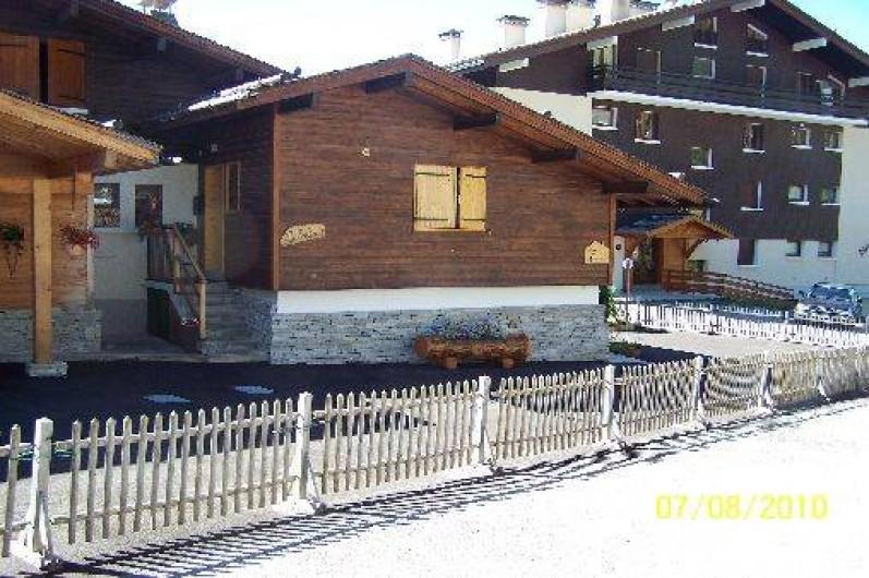 Location de vacances - Chalet à Le Grand-Bornand - Chalet avec vue sur fenetre parents, coté nord et parking