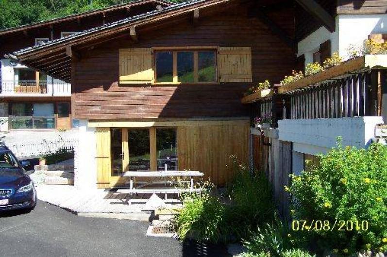Location de vacances - Chalet à Le Grand-Bornand - Coté sud avec vue sur fenêtre chambre enfants et terrasse de,25 m2