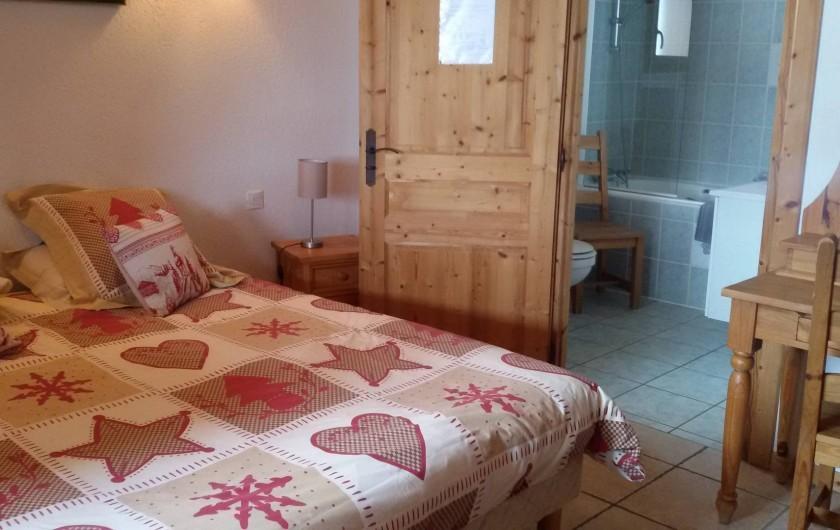Location de vacances - Chalet à Châtel - chambre 1 avec sa salle de bain en suite  baignoire balnéo