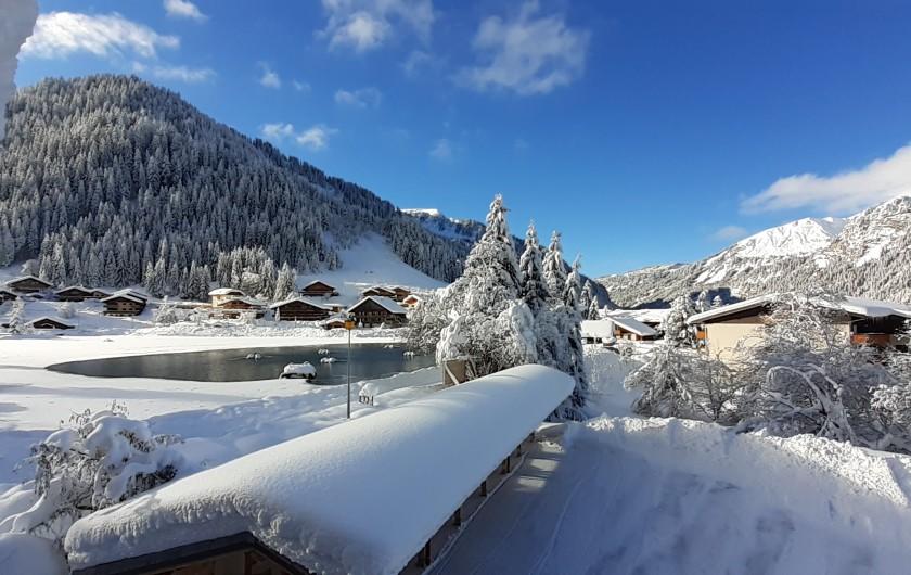 Location de vacances - Chalet à Châtel - cuisine et coin jeux et salon cheminée