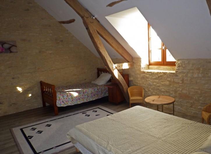 Location de vacances - Gîte à Dégagnac - Chambre 2 avec un Grant lit et un petit lit