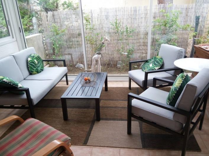 Location de vacances - Villa à Gruissan Plage - petit salon véranda pour lire ou prendre le café ou l'apéritif