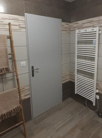Location de vacances - Appartement à Le Mont-Dore - Détail salle de douche - sèche serviettes électrique