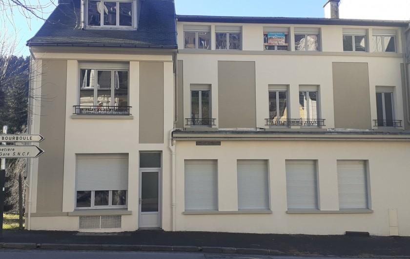 Location de vacances - Appartement à Le Mont-Dore - Vue de l'immeuble côté rue