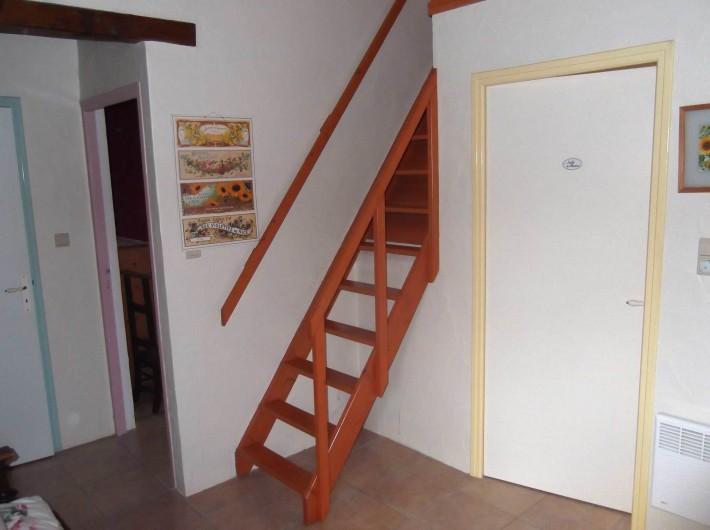 Location de vacances - Maison - Villa à Lauzerte - Escalier au chambre mezzanin