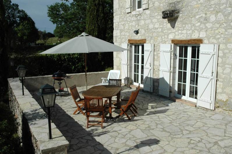 Location de vacances - Maison - Villa à Lauzerte - Terrasse avec mobiliers et barbecue