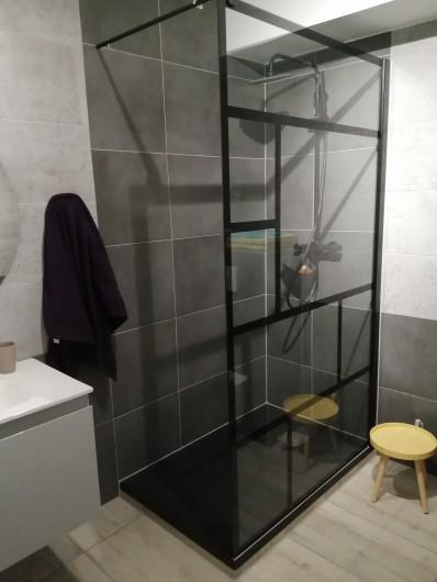 Location de vacances - Appartement à Colmar - salle de bain neuve