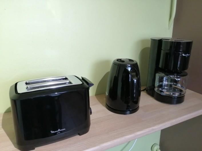 Location de vacances - Appartement à Colmar - cuisine toute option , four, miro ondes, frigo  vaisselle..