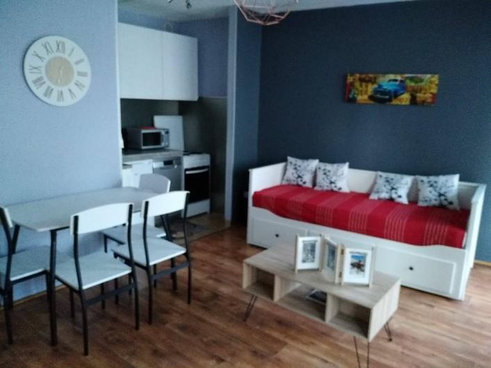 Location de vacances - Appartement à Briançon - Vue ensemble banquette lit et cuisine ouverte