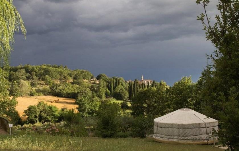 Location de vacances - Yourte à Barjac - Yourtes disséminées dans un vaste terrain arboré avec vue sur le village