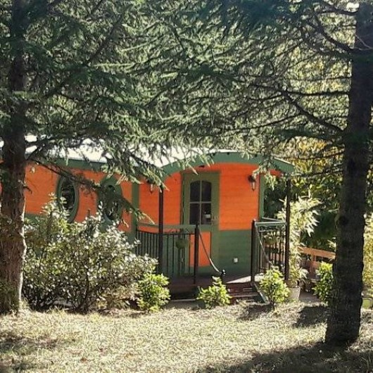 Location de vacances - Yourte à Barjac - Roulotte en bois de 20 m² avec immense terrasse pour 2 à 4 pers