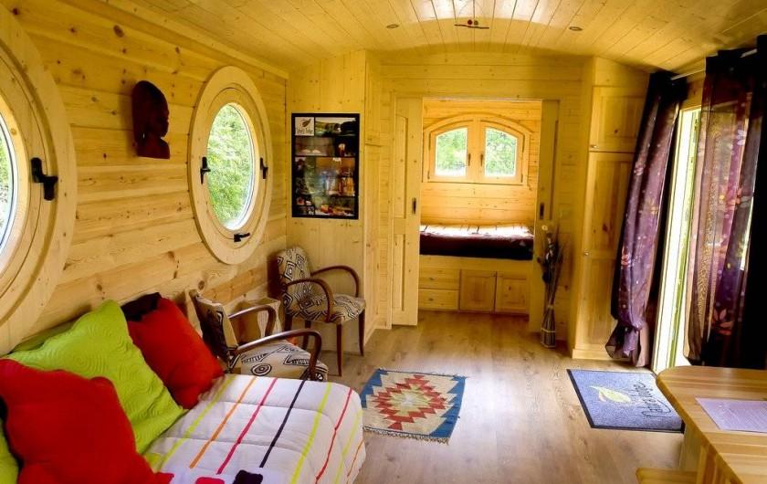 Location de vacances - Yourte à Barjac - Vaste intérieur confortable et chaleureux d'une roulotte en bois pour 2-4 pers