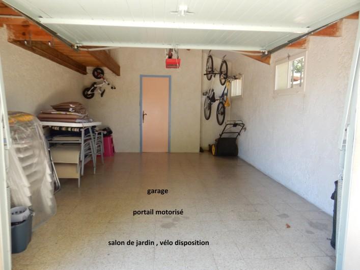 Location de vacances - Villa à Orange - garage fermée avec salon de jardin et autre
