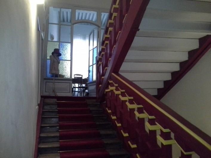 Location de vacances - Chambre d'hôtes à Saint-Trivier-de-Courtes - Notre bel escalier aux balustres rouges et jaunes.