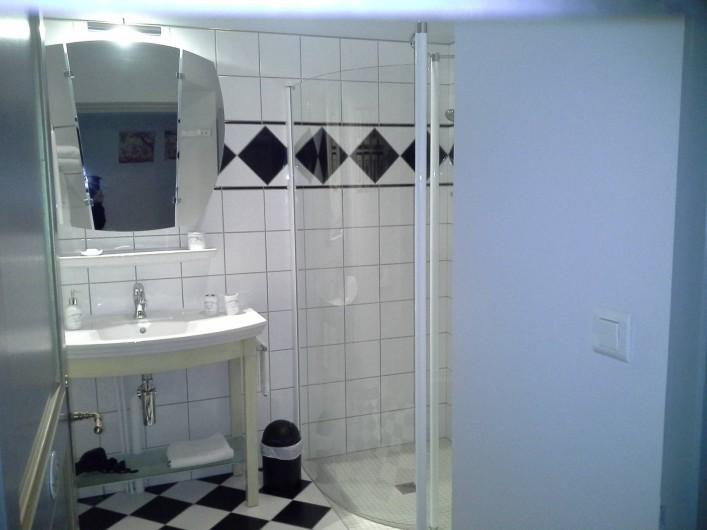 Location de vacances - Chambre d'hôtes à Saint-Trivier-de-Courtes - La salle de Bains avec sa douche à l'italienne.