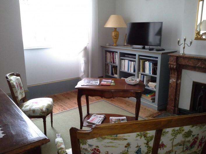 Location de vacances - Chambre d'hôtes à Saint-Trivier-de-Courtes - Le petit coin salon pour nos hôtes avec télé et livres.