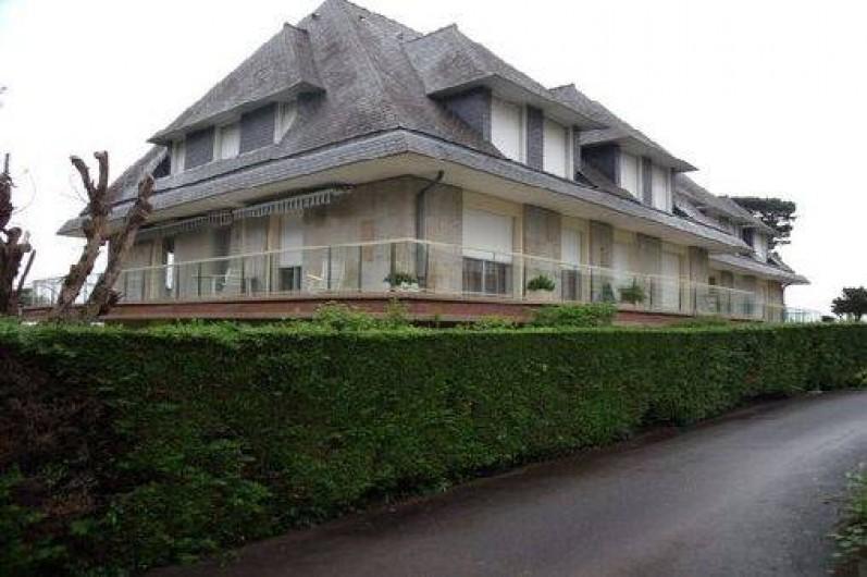Location de vacances - Studio à Dinard - bâtiment  vue porte d'entrée