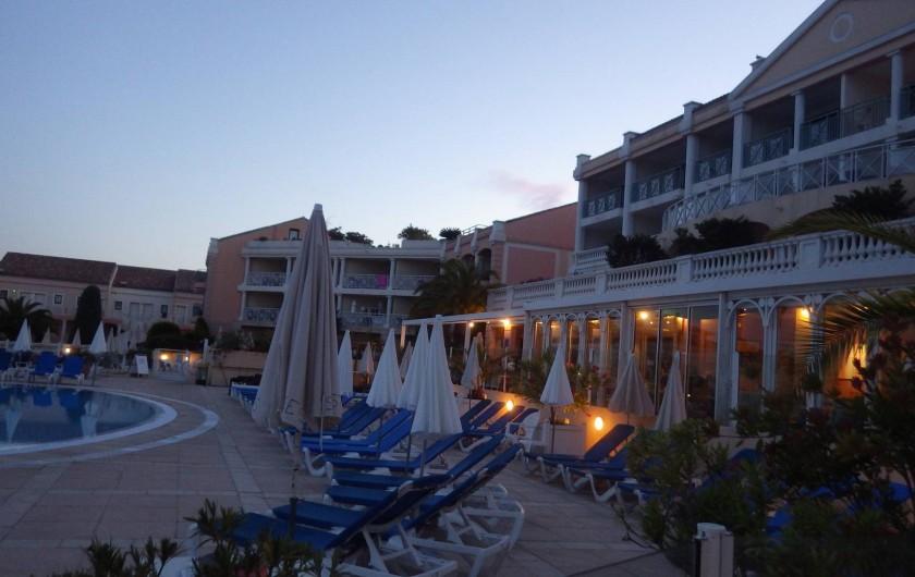 Location de vacances - Appartement à Cannes - restaurant à la tombée de la nuit