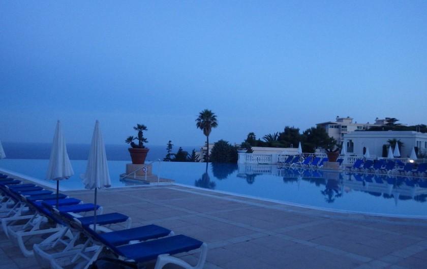Location de vacances - Appartement à Cannes - autre vue de la piscine le soir