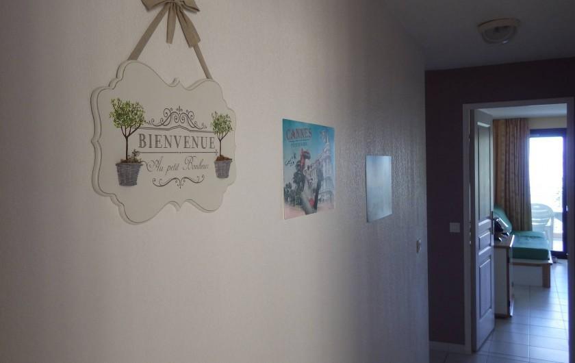 Location de vacances - Appartement à Cannes - couloir menant au salon