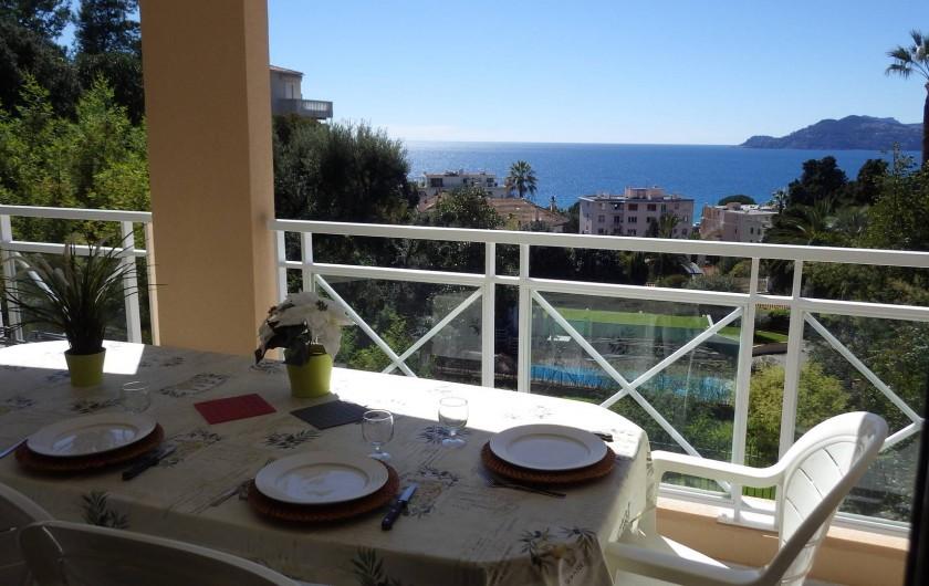 Location de vacances - Appartement à Cannes - vue  mer de la terrasse
