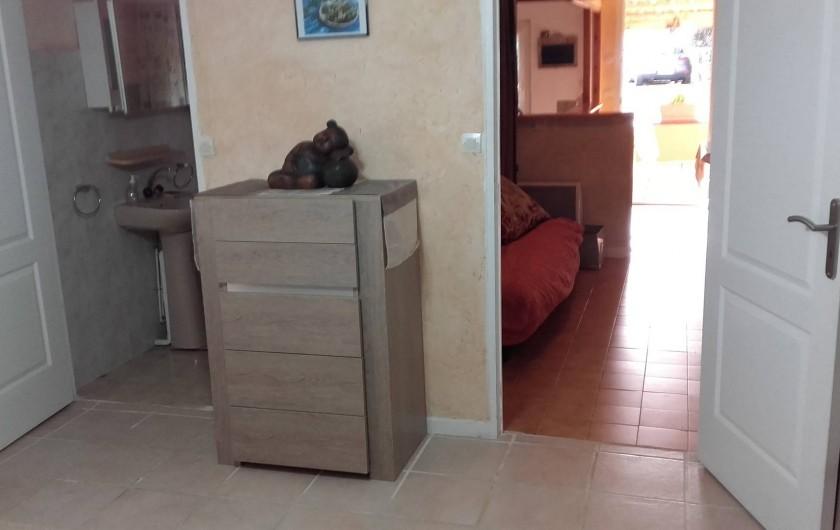 Location de vacances - Appartement à Flayosc - porte gauche SDB et porte de   droite coin salon+cuisine