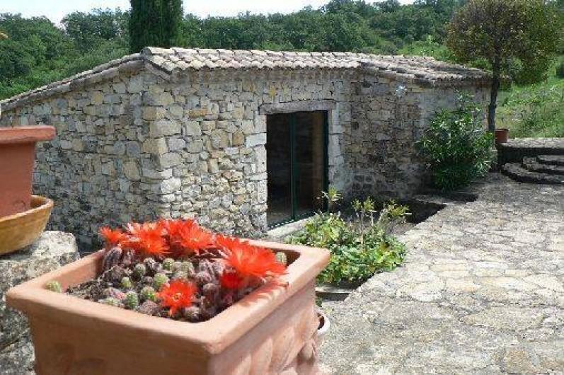 Location de vacances - Gîte à Saint-Maurice-d'Ibie - Vue sur la cour