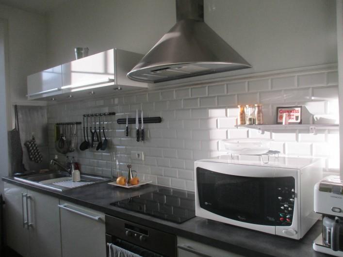 Location de vacances - Appartement à Quimper - Cuisine aménagée, donnant sur un petit jardin