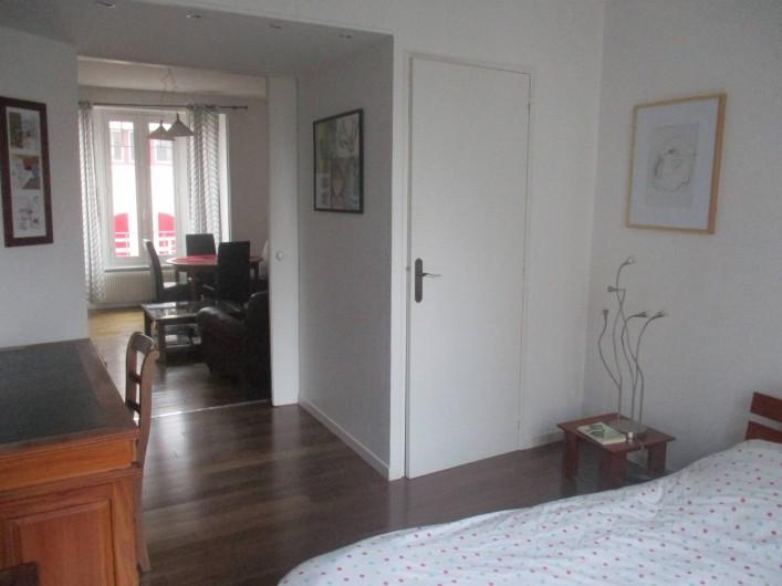 Location de vacances - Appartement à Quimper - Chambre avec bureau et dressing. Porte coulissante pour la séparer du salon.