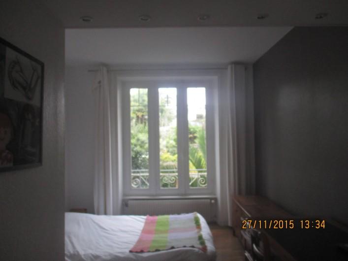 Location de vacances - Appartement à Quimper - chambre donnant sur des jardins en enfilade.