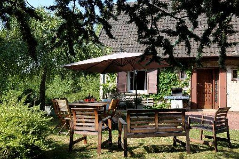 Location de vacances - Gîte à Autun - Espace repas Salon de jardin Transats et bains de soleil Table de ping-pong