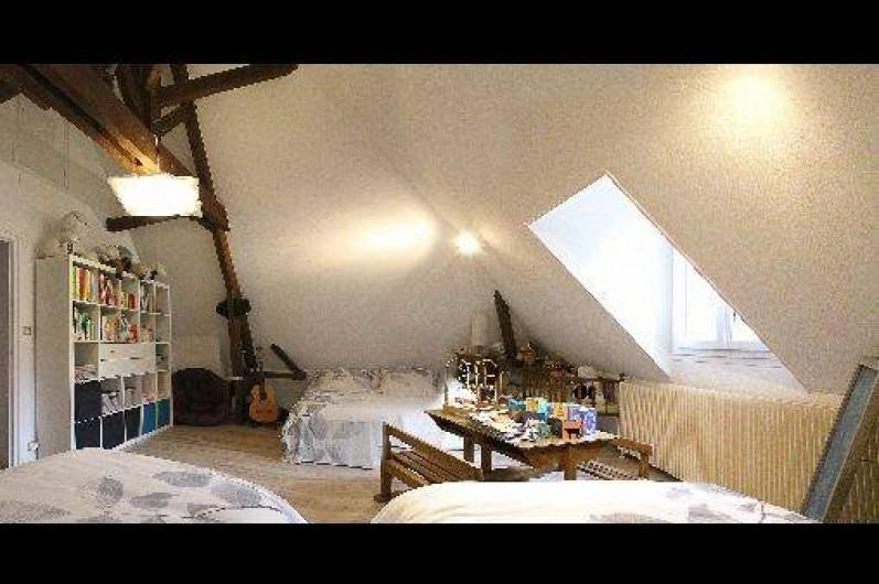 Location de vacances - Gîte à Autun - La chambre mansardée 1er étage 1 lit XL pour 2 p 2 lits pour 1 p 1 lit bébé