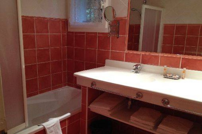 Location de vacances - Villa à Carros - Salle de bain avec sèche-cheveux, sèche-serviettes et baignoire, WC séparés