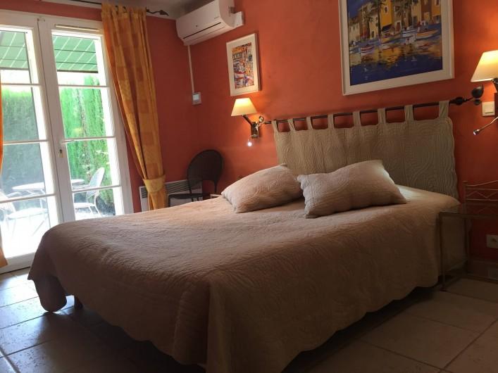 Location de vacances - Villa à Carros - Suite parentale climatisée, salle de bain attenante et terrasses privée