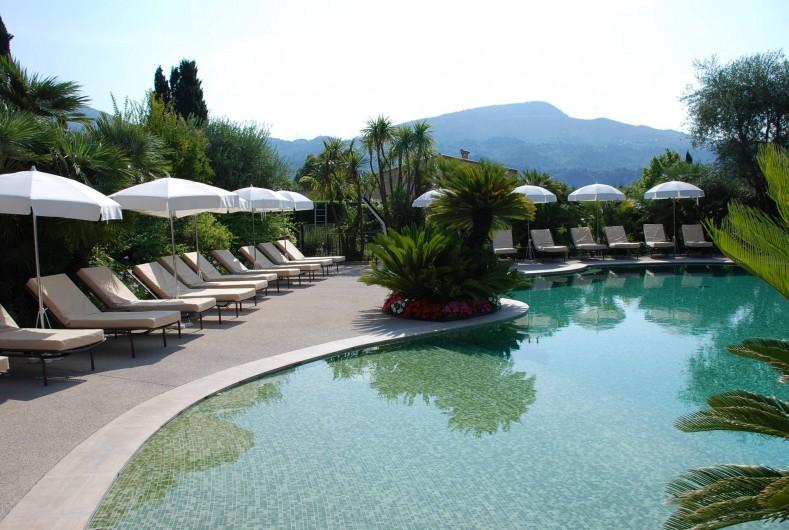 Location de vacances - Villa à Carros - Piscine-lagon avec plage en pente douce idéal pour les enfants