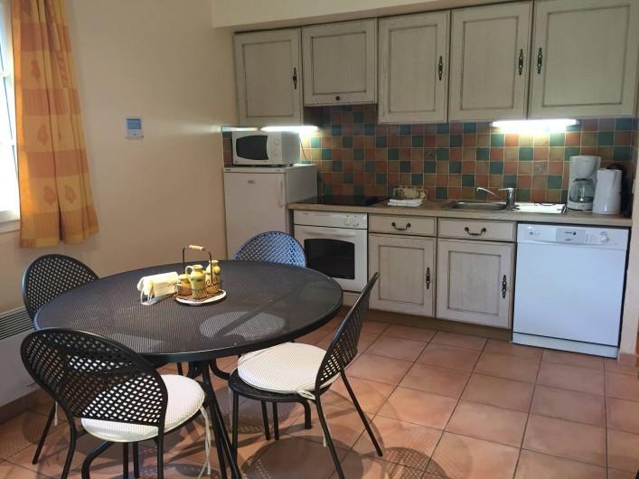 Location de vacances - Villa à Carros - Séjour avec mobilier en fer forgé, cuisine américaine entièrement équipée